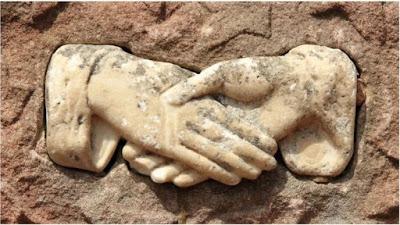 GRECJA: Skąd wziął się uścisk dłoni i jakie ma znaczenie